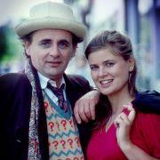 Immer an der Seite des siebten Doctors (Sylvester McCoy) ist seine Begleiterin Ace (Sophie Aldred).