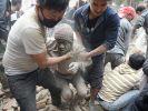 Helfer ziehen Verschüttete aus den Trümmern. (Foto)