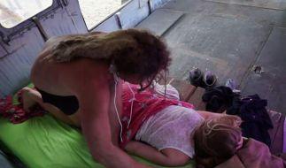 Zuerst verwöhnt Candy Viktoria mit einer Massage. (Foto)