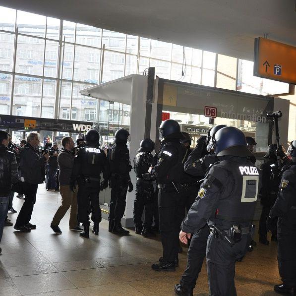 Wenn der Mob tobt! Polizisten teilen aus (Foto)