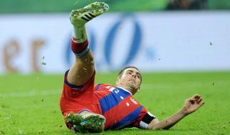 Philipp Lahm rutscht beim Elfmeterschießen gegen den BVB aus. (Foto)
