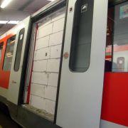 Unbekannte mauern Tür von Hamburger S-Bahn-Waggon zu (Foto)