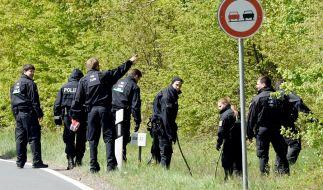 Terror-Gefahr in Hessen: Polizisten suchen im Wald von Oberursel an der Rennstrecke nach versteckten Sprengsätzen und Waffen. (Foto)
