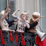 Nackte Brüste und Hitlergruß gegen Nazi-Partei (Foto)