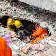 Hundertjähriger aus Erdbeben-Trümmern gerettet (Foto)