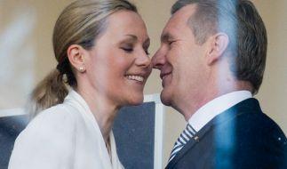 Sieht so ein scheidungswilliges Paar aus? Ex-Bundespräsident Christian Wulff und Bettina Wulff begrüßen sich im Landgericht in Hannover. (Foto)