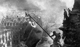 Der sowjetische Soldat Militon Kantarija hisst die sowjetische Flagge auf dem Berliner Reichstag. (Foto)