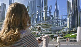 Wenn Casey (Britt Robertson) den Pin anfässt, findet sie sich in Tomorrowland wieder, einer Parallelwelt. (Foto)