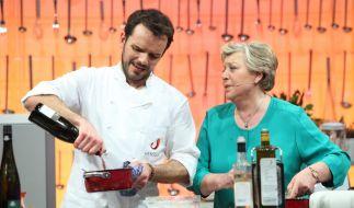 """Bei """"Grill den Henssler"""" holte sich Profi-Koch Steffen Henssler Hilfe von Mutter Beimer. (Foto)"""