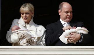 Charlene und Albert beim ersten öffentlichen Auftritt mit ihren Zwillingen. (Foto)