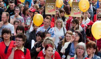 Erzieher und Sozialpädagogen während einer Kundgebung vor dem Gewerkschaftshaus in Dresden. (Foto)