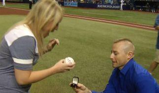 Sag ja! Rettungssanitäter Cameron Hill macht seiner Freundin Melissa Dohme einen Heiratsantrag. (Foto)