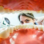 Zahnärzte verpassen Patienten in Städten öfter Kronen (Foto)