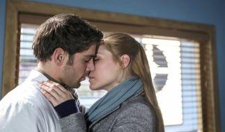 """In der neuen Folge von """"In aller Freundschaft - Die jungen Ärzte"""" kommen sich Niklas und Julia wieder näher. (Foto)"""