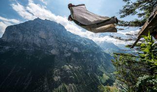 Ein Flug im Wingsuit fordert jährlich viele Todesopfer. (Foto)