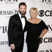 In der Ehe von Hugh Jackman ist er der Jüngere: Seine Frau Deborra-Lee Furness ist 12 Jahre älter als der Schauspieler.