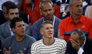 Weltmeister Bastian Schweinsteiger schaut sich das Tennis-Match seiner Freundin Ana Ivanovic während des Tennis-Turniers French Open an. (Foto)