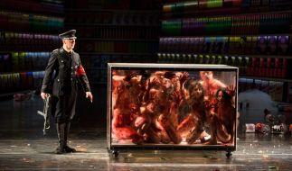 Im Glaskasten zusammengepfercht: Diese Menschen sind nur noch eine blutige Masse. (Foto)