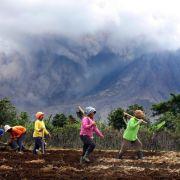 Furcht vor Vulkanausbruch in Indonesien - Anwohner fliehen (Foto)