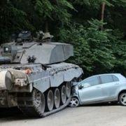 Britischer Panzer walzt Kleinwagen platt (Foto)