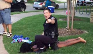 Polizist geht brutal gegen Teenager vor. (Foto)