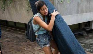 Weil sie angeblich vergewaltigt wurde, trug Emma Sulkowicz monatelang eine blaue Matratze über den Campus ihrer Uni. (Foto)