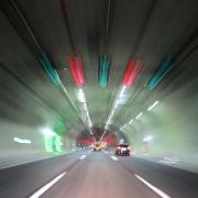 Im Autobahntunnel: 24-Jährige verletzt sich bei Looping-Crash (Foto)