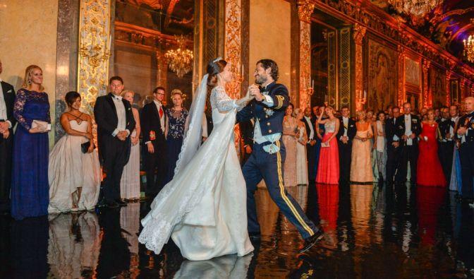Unter den neugierigen Blicken der Gäste: Sofia und Carl Philip tanzen ihren Hochzeitstanz.