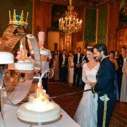 Prinz Carl Philip und Sofia beim Anschneiden ihrer Hochzeitstorte.
