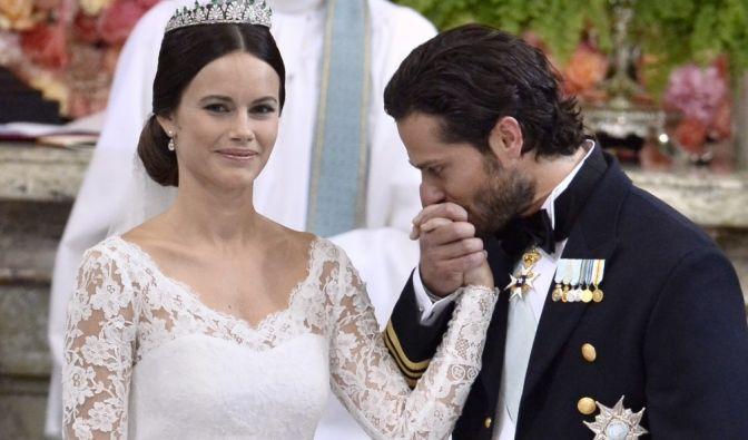 Prinz Carl Philip empfängt gerührt seine Braut Sofia.