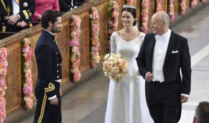 Kurz vor dem Ja-Ort: Carl Philip bekommt seinen Sofia vom Braut-Vater übergeben.