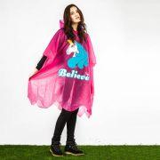 Für den perfekten Schutz bei Regen sorgt der Einhornponcho.