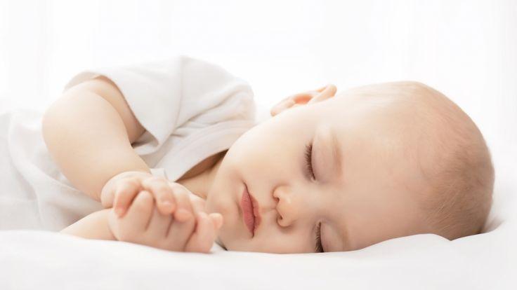 gefahr co sleeping baby erstickt im bett der mutter. Black Bedroom Furniture Sets. Home Design Ideas