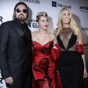 Miley Cyrus' Mutter schockt mit Nippel-Blitzer (Foto)