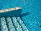 In Brandenburg ist einen Dreijährige im Pool ihrer Großeltern ertrunken. (Foto)