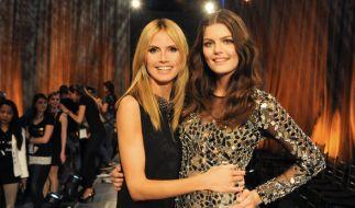 """Heidi Klum und """"GNTM""""-Gewinnerin Vanessa Fuchs haben beide eine schlanke Taille. (Foto)"""