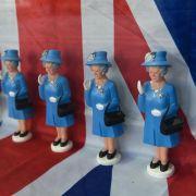 Große Frau ganz klein: Miniaturmodelle von Queen Elizabeth II. im Schaufenster des Reiseutensilien-Geschäfts Gate 05 in Frankfurt am Main.