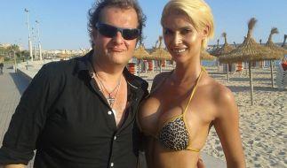 """Hat Mallorca ein neues Traumpaar? TV-Auswanderer Jens Büchner, besser bekannt als """"Mallorca-Jens"""", zeigt sich mit Deutschlands Nacktschnecke Nummer 1, Micaela Schäfer, am sonnigen Strand der Trauminsel. (Foto)"""