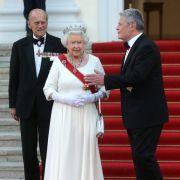 News-Ticker: Queen Elizabeth mit Hochzeitsgeschenk auf dem Kopf (Foto)
