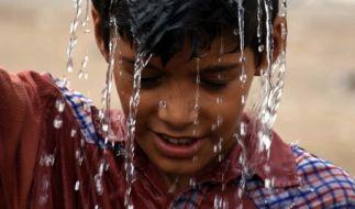 In Pakistan hat die Hitzewelle schon viele Menschenleben gekostet. Jede Abkühlung kann Leben retten. (Foto)