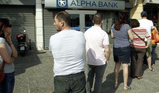 Viele Griechen heben ihr Geld von den Banken ab. (Foto)