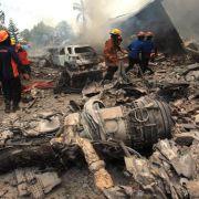 Flugzeug stürzt auf Häuser: Über 100 Tote in Indonesien (Foto)
