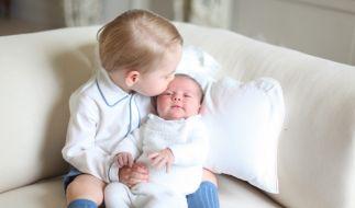 Prinz George mit seiner kleinen Schwester Prinzessin Charlotte. (Foto)