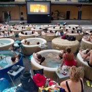 Freiluftkino mal anders: In München entspannen die Leute vor dem Klassicker Pulp Fiction in Whirlpools.