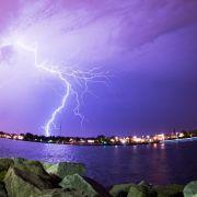 ...zu dem natürlich auch Blitze gehören, wie hier beim Rostocker Hafen,...