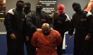 Die sechs Angestellten stellen eine Enthauptungs-Szene nach. (Foto)