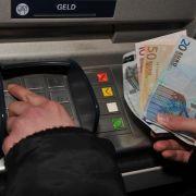Am Geldautomaten kann es für Fremdkunden teurer werden (Foto)