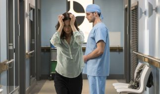 Dr. Ahrend (Roy Peter Link, r.) musste Susanne Albrecht (Julia Richter, l.) mitteilen, dass ihr Mann die OP nicht überstanden hat. (Foto)