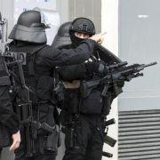 Spezialkräfte befreien 18 Menschen, Tätersuche läuft (Foto)