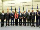 Posieren nach der Einigung in Wien: Wang Yi, Laurent Fabius, Frank-Walter Steinmeier, Federica Mogherini, Dschawad Zarif, der Vorsitzende der iranischen Atomenergie-Kommission Ali Salehi, Sergei Lawrow, Philip Hammond und John Kerry. (Foto)